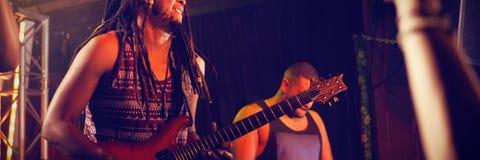 Gitarrist som spelar gitarren på etapp royaltyfria foton