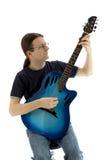 Gitarrist som spelar hans electroacoustic gitarr, lodlinje royaltyfri fotografi