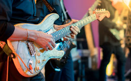 Gitarrist som spelar hans tappninggitarr arkivbilder