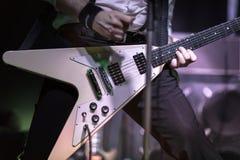 Gitarrist som spelar i en vaggakonsert royaltyfri foto