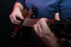 Gitarrist som spelar nära övre för gitarr royaltyfria foton