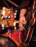 Gitarrist som spelar på den elektriska gitarren på etapp arkivfoton