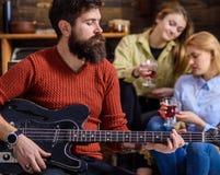 Gitarrist som spelar på födelsedagen, berömbegrepp Skäggig man som utför gitarrsolo Man med det stilfulla skägget arkivfoto