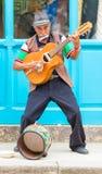Gitarrist som spelar traditionell musik i gammal havannacigarr royaltyfri bild