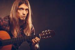 Gitarrist som ut försöker ackord arkivfoto