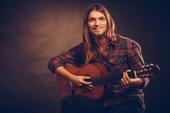 Gitarrist som ut försöker ackord fotografering för bildbyråer