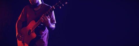 Gitarrist som utför i klubba royaltyfri foto