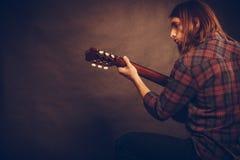 Gitarrist spielt die Gitarre stockfotografie