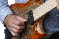 Gitarrist spielt Gitarre im Studio, Abschluss oben Lizenzfreie Stockfotos