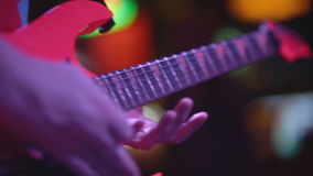 Gitarrist spielt Solo an einem Konzert stock footage