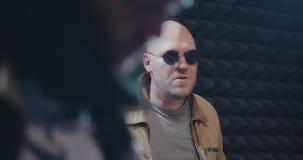 Gitarrist und Schlagzeuger an der Wiederholung vor Leistung stock video footage