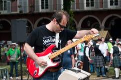 Gitarrist under demonstrationen för fred royaltyfria bilder