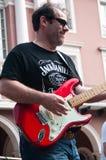 Gitarrist under demonstrationen för fred arkivfoto