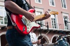 Gitarrist under demonstrationen för fred royaltyfri fotografi