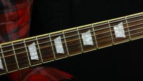 Gitarrist verletzt seinen Finger beim Spielen stock footage
