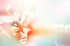 Gitarristbas på etappen för bakgrund, färgrik pastellfärgad färg fotografering för bildbyråer