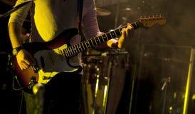 Gitarristen arrangerar på Arkivfoton