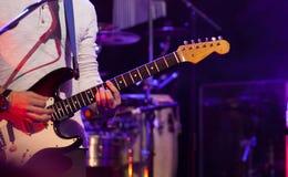 Gitarristen arrangerar på Fotografering för Bildbyråer