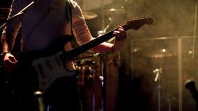 Gitarristen arrangerar på royaltyfri fotografi