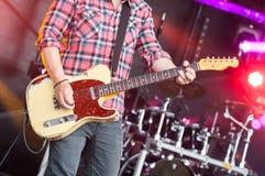 Gitarristen arrangerar på royaltyfri bild