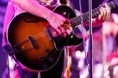 Gitarristen arrangerar på royaltyfria bilder