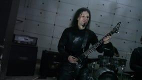 Gitarristen in der Wiederholung stock video footage