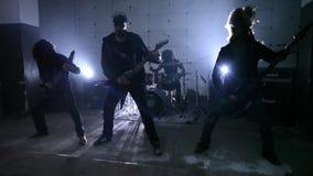 Gitarristen in der Wiederholung stock video