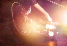 Gitarristen på etapp på papper grinar bakgrund, mjukt och suddighet arkivfoton