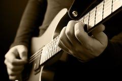 Gitarristen räcker Fotografering för Bildbyråer