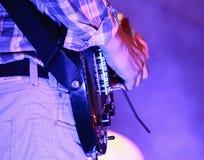 Gitarristen som leker hans elektriska gitarr Arkivfoto