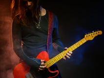 Gitarristen spelar solo royaltyfria bilder