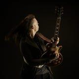 Gitarristen spelar solo royaltyfri foto