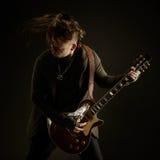 Gitarristen spelar solo Arkivbild