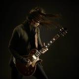 Gitarristen spelar solo fotografering för bildbyråer