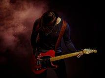 Gitarristen spelar solo Arkivfoto