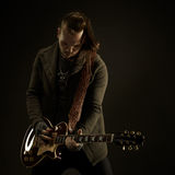 Gitarristen spelar solo Royaltyfria Foton