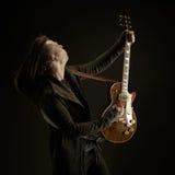 Gitarristen spelar solo Arkivfoton