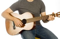 Gitarristhänder som leker instrumentet royaltyfri bild