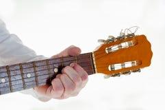 Gitarristhand, die Gitarre spielt Stockfotografie