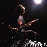 Gitarristinspelning och spelagitarr arkivbilder