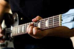 Gitarristlek på den elektriska gitarren arkivfoto