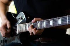 Gitarristlek på den elektriska gitarren royaltyfria bilder