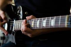 Gitarristlek på den elektriska gitarren royaltyfri fotografi