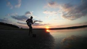 Gitarristmusiker, der E-Gitarre an spielt stock video