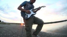 Gitarristmusiker, der E-Gitarre an spielt stock video footage