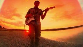 Gitarristmusikermann beginnt, die Gitarre zu spielen stock video footage