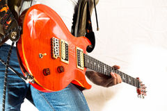 Gitarristspielen Stockbild