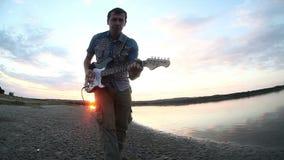 Gitarriststraßenmusiker, der das elektrische spielt stock footage