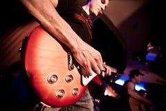 gitarrmusikerspelrum Arkivfoto