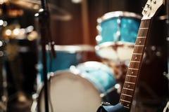 Gitarrrader i studio Arkivfoton